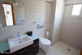 Tweede volledig ingerichte badkamer met ruime douche en thermostaat kraan op de eerste verdieping.