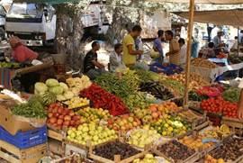 Iedere vrijdag markt waar boeren uit de omgeving hun (bio) producten verkopen.