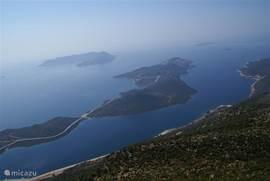 Het schiereiland en het Griekse eiland Kastellorizo vanuit de lucht gefotografeerd tijdens het paragliden.