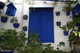 Een van de vele mooie authentieke voordeuren.