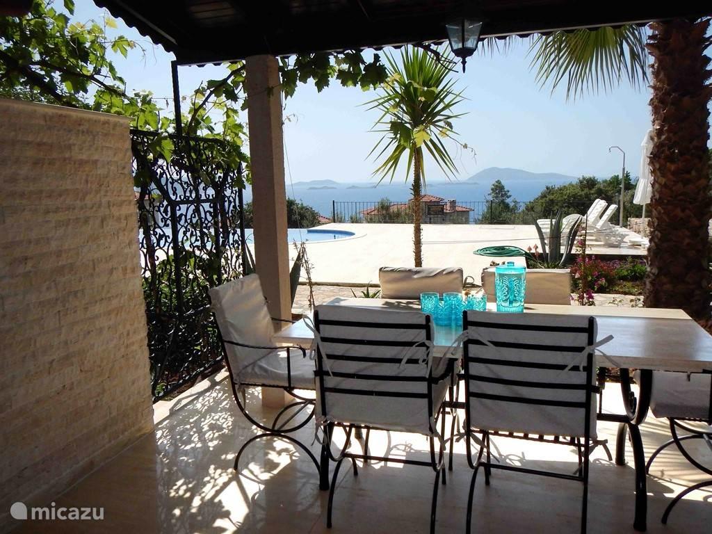 Eten aan de eethoek met uitzicht op zee en het zwembad