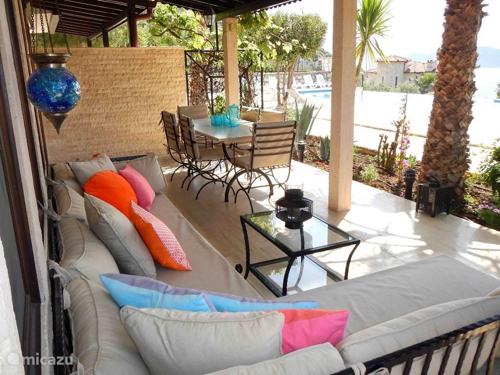 Vanaf het terras prachtig uitzicht op de Middellandse Zee, de tuin en het zwembad