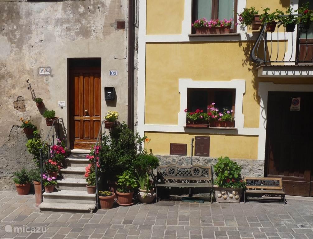 Het dorp Proceno met authentieke verrassingen en doorkijkjes op ruim 2 km afstand