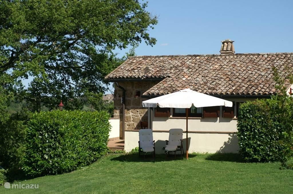 prive tuin met terras en eigen opgang voor Il Tulipano en extra longchairs voor een zonnebad