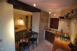 Open keuken met doorkijk naar kamer