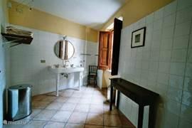 Grote badkamer met douche en toilet.
