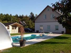 Luxe vakantiewoning  (180 m2) op de 1e verdieping van villa-tsjechie.  Geheel verbouwd en nieuw ingericht.  Prive overdekt zwembad 8x4m. Aan de rand van uitgestrekte bossen.  Voordelige skivakantie. Vanaf 110 euro pp buiten seizoen.