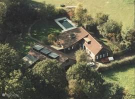 De luchtfoto van de boerderij.