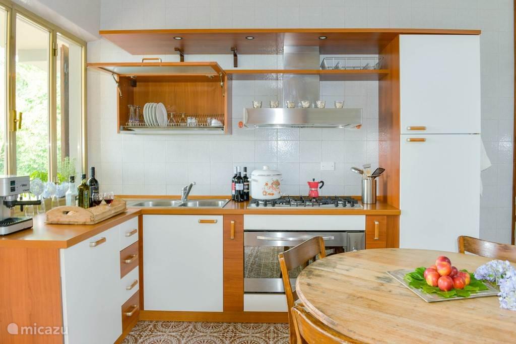 Ruime goed uitgeruste keuken