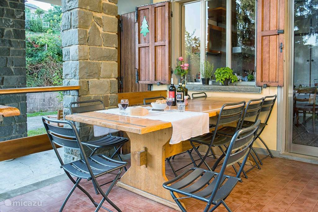 Eethoek buiten op het overdekte terras. Zelfs in de regen kunt u buiten eten.