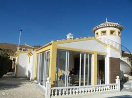 Luxe vrijstaande villa Casa Rose geschikt voor max. 7 personen met privezwembad 8x4, 3 2-persoonslaapkamers en 2 badkamers, campingbedje en ruime tuin. Gelegen op Country Club mazarron.