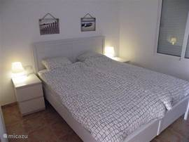 3e slaapkamer met 2 persoonsbed, airco en aansluitende badkamer met douche en toilet.