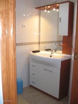 2 badkamers (1 boven, 1 beneden) met dezelfde badmeubeuels en thermostaatkranen voor de douche. en dus veilig voor de kinderen. Voldoende handoeken aanwezig.