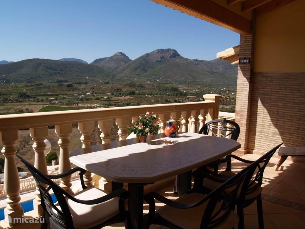 Vanaf uw eigen terras kijkt u uit op de wijngaarden waar de befaamde wijnen uit de Jalonvallei vandaan komen