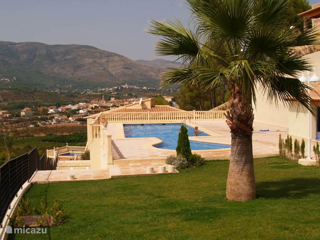 Dichtbij de stranden, in de schitterende Jalonvallei, vindt u onze 5* bungalow. De 6 pers. bungalow is voorzien van alle denkbare luxe en beschikt over een gemeenschappelijk zwembad.