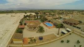 vrijstaande villa, met zwembad, tennisbaan, speeltuin, bar, jaccuzi