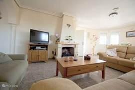 woonkamer met flatscreen tv en Nederlands zenders