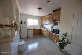Keuken, met alle apparatuur beschikbaar, vaatwasser, koelkast, oven , magnetron enz...