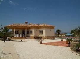 De vrijstaande villa met grote veranda en dakterras