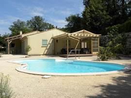 Aanzicht huis en zwembad