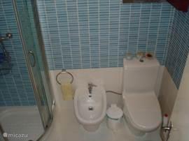 éen van de badkamers