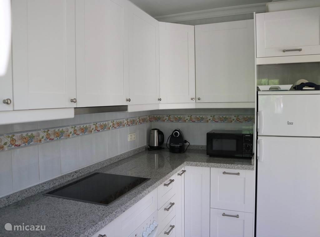 Keuken met de grote koelkast met apart vriesvak