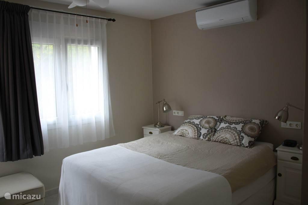 Masterbedroom met airco. De bedden kunnen losgekoppeld worden zodat het twee 1 persoonsberden zijn