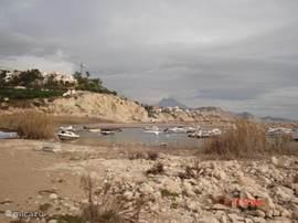 O.a. het uitzicht vanaf uw terras op het kleine haventje bij Cala Merced.