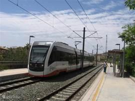 Dit is de Trenet. Een snelle electrische trein, die vanuit Denia tot Alicante alle kustplaatsen verbindt. Ook vlakbij het appartement Cala Merced is een station.