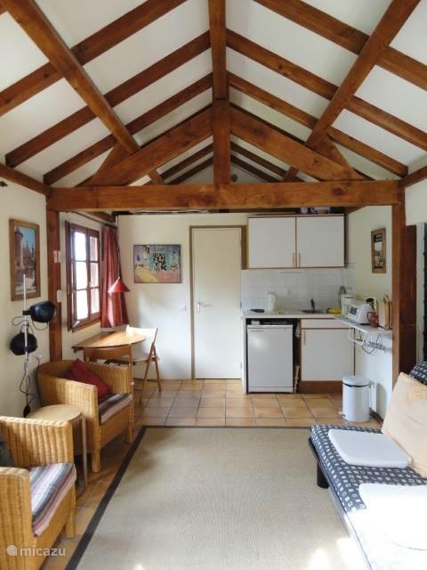 Interieur Cabanon; keukenblok met 2 elektrische kookplaten, koelkast, oventje, waterkoker en koffiezetapparaat.
