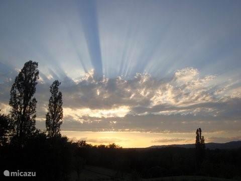 Zicht op fraaie zonsondergangen vanaf het terras.