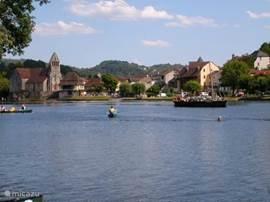 Beaulieu-sur-Dordogne, mooi stadje op ca 12km; rondwandelingen, terrassen, restaurants, kanovaren