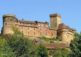 kasteel Castelnau bij Bretenoux, te bezichtigen; iets lager ligt een terras, les Remparts, met schitterend uitzicht (buiten seizoen dinsdags gesloten)