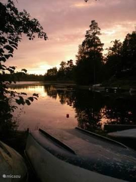 Prachtige zonsondergang bij het meer.