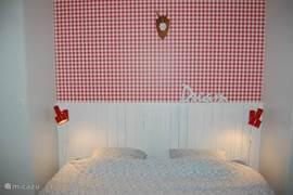 De stuga heeft 3 slaapkamers, één ruime slaapkamer met 2 persoonsbed. Beddengoed is inclusief.