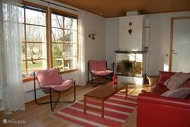 Deze 6 persoons stuga (60m2) beschikt over een knusse woonkamer met grote ramen. Vanuit de stuga heeft u een prachtig uitzicht op de 1250m2 natuurlijke tuin.