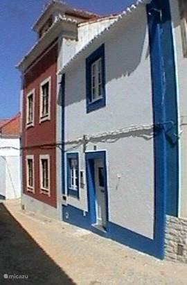 Huis in het centrum van het schildersachtige vissersdorpje Ericeira, aan de kust van Lissabon (45km). Schitterende stranden, gezellige terrasjes, bars en restaurants op enkele honderd meter afstand. De perfecte plek voor een vakantie met strand en cultuur