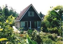 De vakantiewoning gezien van de achterzijde van de tuin