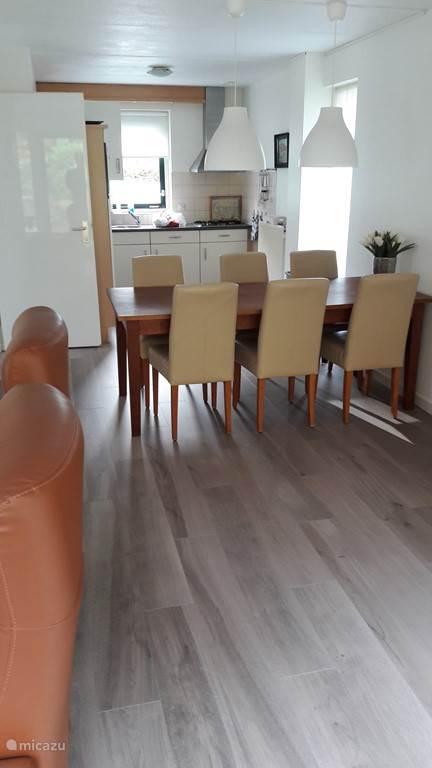 Eethoek voor 6 personen, op onze  nieuwe vloer (november 2016)