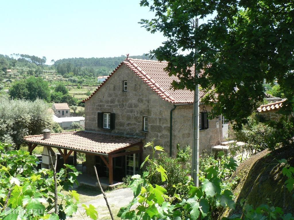 vooraanzicht huis, met korte deel veranda en grote buitenbarbecue