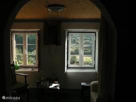 zicht vanuit woonkamer op dal