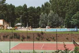 zwembad + tennisbaan + speeltoestellen kinderen + receptie ned ,frans, engels en duits sprekend