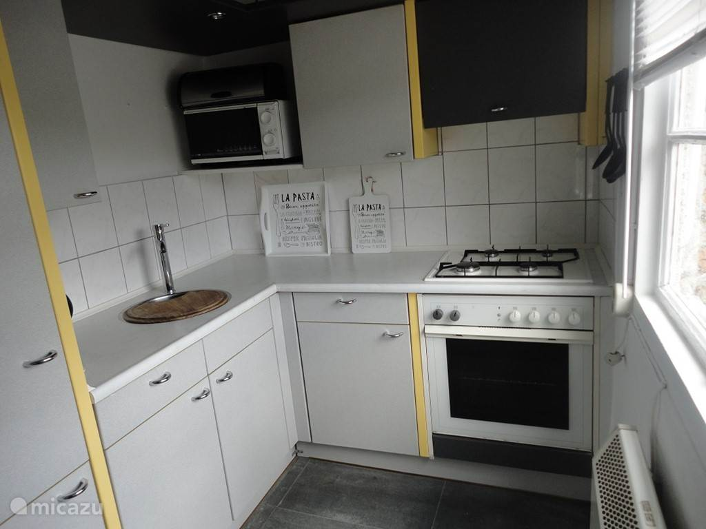 Complete kitchen 10m2 with large fridge-freezer (2 extr drawers) el.oven, gas hob, extractor. , Microwave, coffee maker, kettle and Senseo. Electric heating (radiator.
