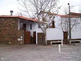 Mooi, ruim huis gelegen in een oorspronkelijk dorpje in het midden van Portugal. Prachtig uitzicht op het gebergte en de rivier Zezere. Op 50 m. is er een strandje aan de rivier. In de omgeving zijn er verschillende grote meren en dammen.