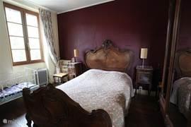 Dit is de romantische slaapkamer. Naast het antieke bedje hebben wij ook een modern kinderbedje.