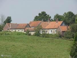 Op 360 km van Utrecht: rustieke en luxe boerderij met modern comfort. Op kinderen berekend. Grote omheinde tuin (7500 m2) met diverse speeltoestellen. In rustig gebied van de 7 Valleien, 30km van de kust met pittoreske vissersdorpjes en mondaine badplaatsen. Een uitstekend wandel- en golfgebied.