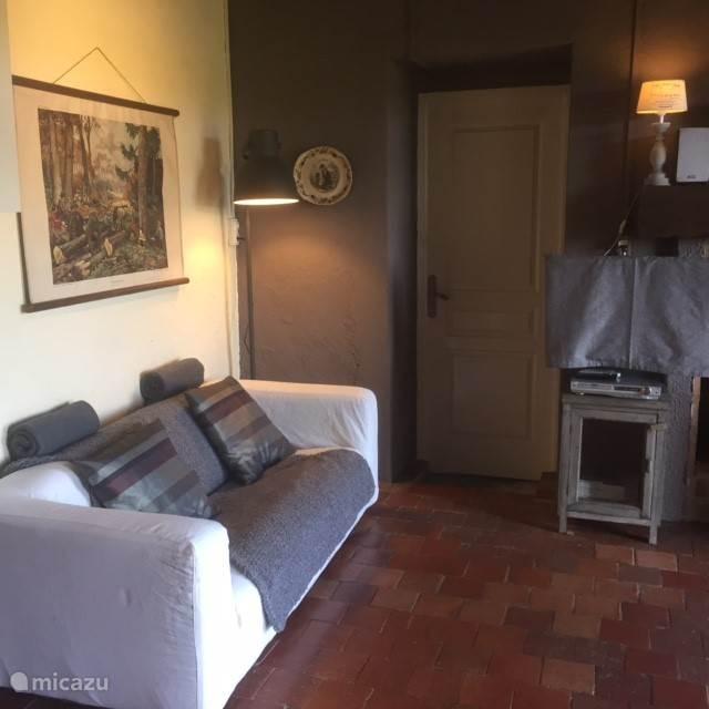 Een comfortabele bank. tevens is het huis voorzien van een TV/DVD met DVD collectie