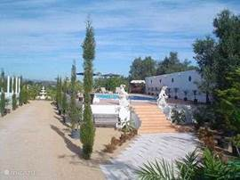 Riante Moderne Luxe Villa met 3 slaapkamers (o.a. jacuzzi) met eigen zwembad, tennisbaan, Sauna, Spa.  Groot terras van 250 M2 met o.a. barbeque. Gelegen op prive landgoed met park en tuinen van 12.000 M2 met div. vijvers, fonteinen en prieelen.