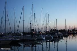 de jachthaven Marina Cape Helius bij zonsondergang in zomer. Je kunt hier ook zelf huren en dus een boottocht maken per zeiljacht of motorboot/sloep.