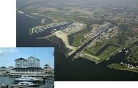 Roompot Resort Cape Helius locatie gezien vanuit de lucht. Goed ook te zien is het strand direct aan het park en op korte afstand de gezellige Marina Cape Helius en de oude haven en uitgaansgebied van Hellevoetsluis Vesting